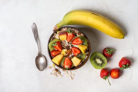 Granola with strawberry and kiwi. Healthy breakfast. Standard-Bild