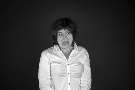 mujer fea: Foto blanco y negro de la mujer joven en fondo negro