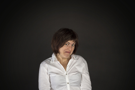 Portret van jonge gek verrast vrouw op een zwarte achtergrond