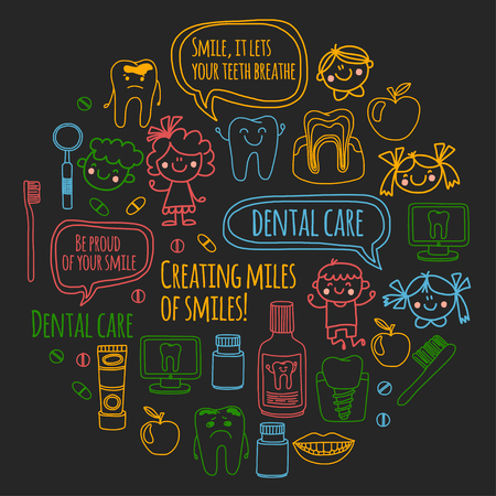 Kindertandheelkunde school, kleuterschool, kinderdagverblijf kinderen met gezonde tanden. Glimlachen, tandenborstels, medicijnen Gelukkige jongens en meisjes. Tandheelkundige behandeling zonder pijn. Stockfoto - 90582543