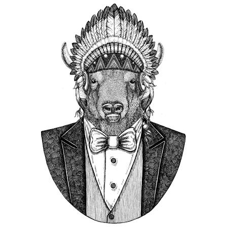 Buffalo, bizon, os, stier Wild dier met inidan hoed, hoofdjurk met veren Hand getekende afbeelding voor tatoeage, t-shirt, embleem, insigne, logo, patch Stockfoto