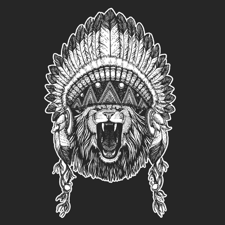 Animal salvaje Animal fresco con tocado de indio nativo americano con plumas estilo Boho chic. Imagen dibujada a mano para tatuaje, emblema, insignia, icono, parche.