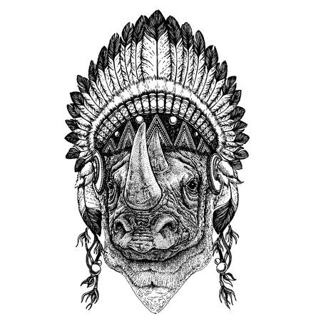 Animal salvaje con tocado de inidan con plumas. Ilustración de estilo boho chic para tatuaje, emblema, insignia, logotipo, parche. Imagen de ropa de niños