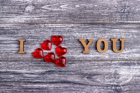 comunicación escrita: I love you, wooden with red heart lettering, gray wooden background, postcard Happy Valentine day, flat lay Foto de archivo