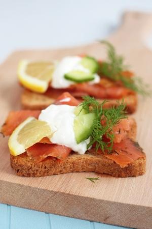 salmon ahumado: Sándwiches de salmón ahumado abiertas