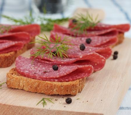 carnes: Salami en el pan integral