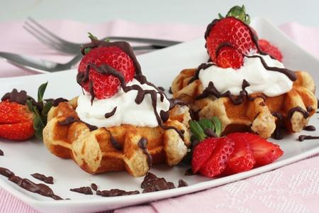 waffles: Gofres de fresa con crema