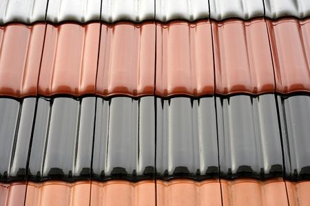 Dakbedekking gemaakt van geglazuurde dakpannen in verschillende kleuren