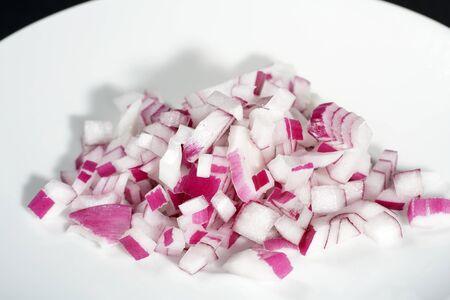 L'oignon rouge frais affine tant de plats en cuisine Banque d'images