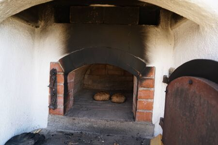 Freshly baked bread baked in a wood oven according to an old recipe wood stove Banque d'images - 138044713