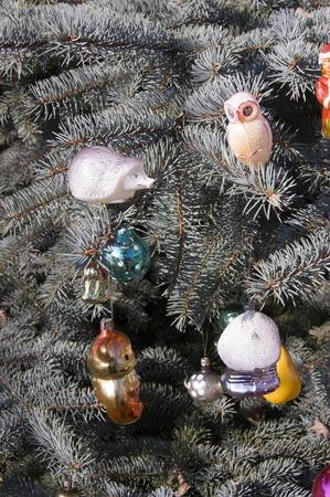 juguetes antiguos: Viejos juguetes en los juguetes del �rbol de navidad .Christmas en abeto azul