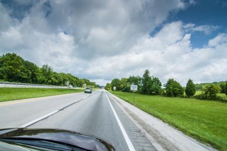 時速 120 km で高速道路に沿って運転