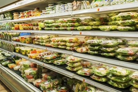 Assorted pre-pack salad section in super market Standard-Bild
