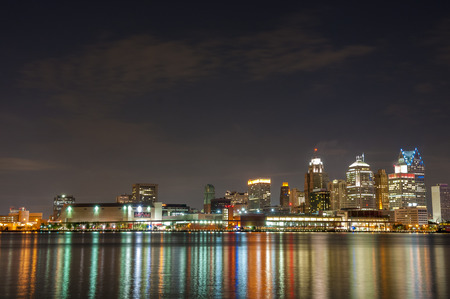 La ligne d'horizon de Detroit Michigan au moment de la nuit Banque d'images - 30914365