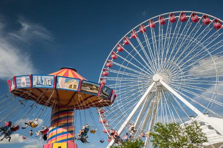 Flying silla y rueda de la fortuna en un parque de atracciones