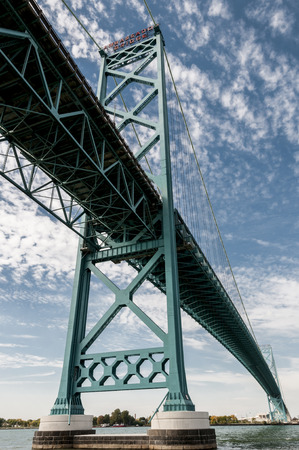 アンバサダー橋、ウィンザー、オンタリオ州、カナダとアメリカ合衆国ミシガン州デトロイトを結ぶ吊り橋。