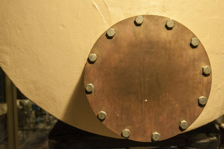 flange: Bolts in circular pattern an a flange