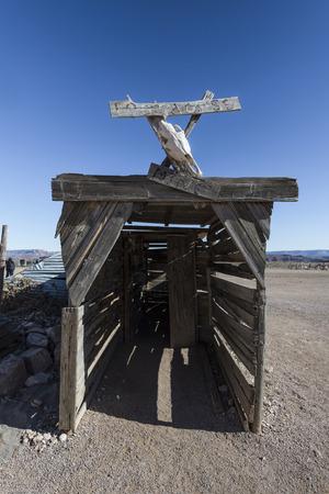 Verlassene alte Bergwerksschacht im Westen Standard-Bild - 35621798