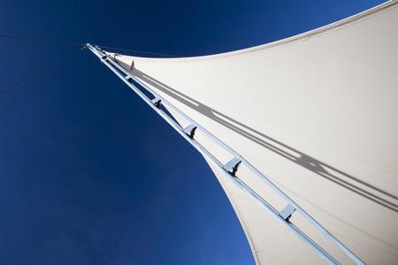canvass: Escrutinio con el apoyo de acero y cable, bajo el cielo azul