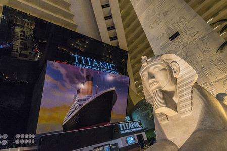titanic: T�te Sphinx int�rieur de l'h�tel de Louxor avec le signe du Titanic �ditoriale