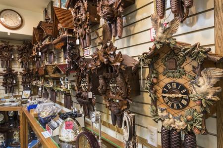 reloj cucu: Reloj de cuco en el interior tienda de reloj en Frankenmuth Michigan Editorial