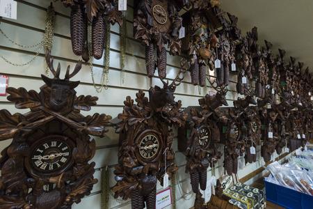 cuckoo clock: Reloj de cuco en el interior tienda de reloj en Frankenmuth Michigan Editorial