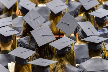 Un grupo de estudiantes graduarse tapas desgaste. Foto de archivo - 42080219