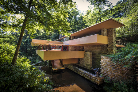 Fallingwater or Kaufmann Residence is a house designed by architect Frank Lloyd Wright in 1935 in rural southwestern Pennsylvania, 43 miles (69 km) southeast of Pittsburgh.[4] The home was built partly over a waterfall on Bear Run in the Mill Run section  報道画像