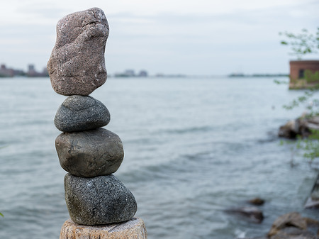 correctness: Four rocks balance and stack on top of the others