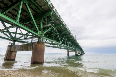 The Mackinac Bridge is a suspension bridge spanning the Straits of Mackinac to connect the Upper and Lower Peninsulas of the U.S. state of Michigan. Stok Fotoğraf