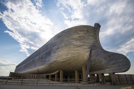 Ark Encounter est un parc thématique évangélique et fondamentaliste chrétien qui a ouvert ses portes dans le comté de Grant, au Kentucky, le 7 juillet 2016. [2] [3] La pièce maîtresse du parc est un modèle grandeur nature de l'Arche de Noé tel que décrit dans le récit de la Bible de la Bible. je Éditoriale