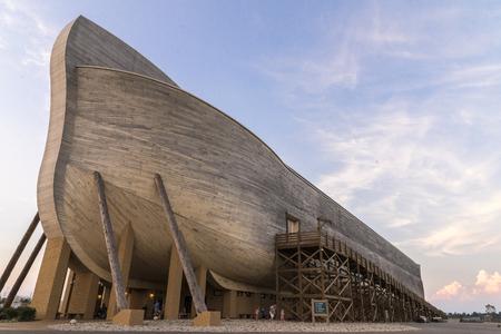 Ark Encounter est un parc thématique évangélique et fondamentaliste chrétien qui a ouvert ses portes dans le comté de Grant, au Kentucky, le 7 juillet 2016. [2] [3] La pièce maîtresse du parc est un modèle grandeur nature de l'Arche de Noé tel que décrit dans le récit de la Bible de la Bible. je