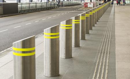 安全のための脇道のボラードのシリーズ