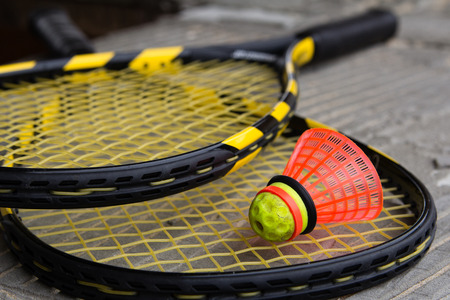 Two crossed speedminton rackets with shuttlecock on them