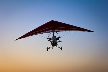 MOTORIZADO: El Ala delta motorizada en el cielo de la mañana. Foto de archivo