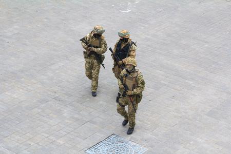 オデッサ、ウクライナ - 2015 年 3 月 26 日: フル装備の兵士のパトロール港地区