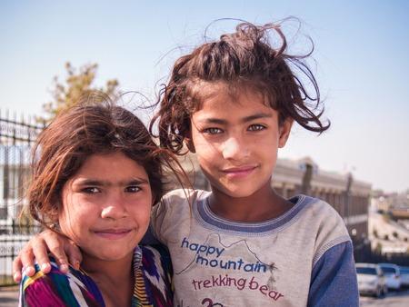 Samarkand, Oezbekistan - 13 oktober 2010: Twee zusters - een vluchteling uit Afghanistan, in de buurt van de bazaar in Samarkand, Oezbekistan, 13 oktober 2010. Redactioneel