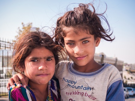 Samarkand, Ouzbékistan - 13 Octobre, 2010: Deux soeurs - un réfugié de l'Afghanistan, près du bazar de Samarkand, Ouzbékistan, le 13 Octobre 2010.