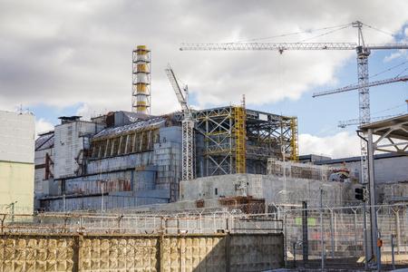Centrale nucleare di Chernobyl e la facilità riparo. Vista frontale