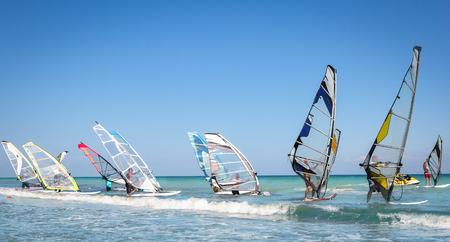 Windsurfen Segeln auf dem blauen Meer reiten den Wind