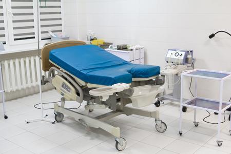 sala parto: Letto medico in sala parto in ospedale moderno. sala parto