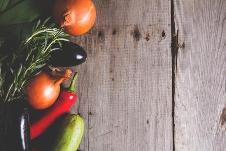 dikon: Diferentes tipos de vegitables locales en la mesa de madera rústica. Orgánica concepto de comida sana Foto de archivo