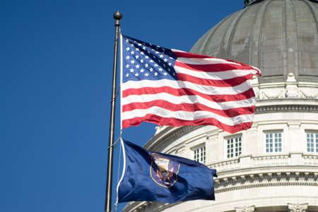 bandera blanca: Las banderas de Utah y los Estados Unidos