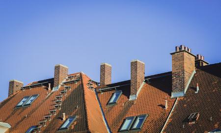 tejas: la textura de las tejas del techo alemán, de color rojo Foto de archivo