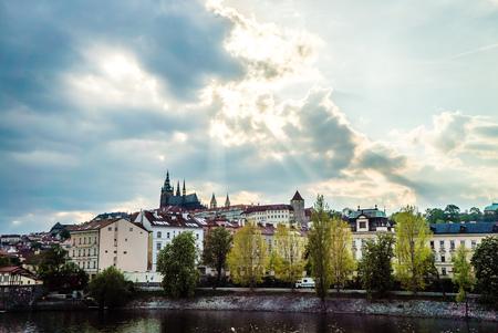 Scenic städtische Ansicht von Gebäuden, Karlsbrücke und Moldau in der Hauptstadt der Tschechischen Republik von der Prager Burg bei Sonnenuntergang nach einem Sturm