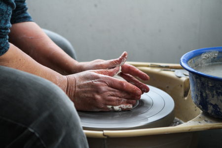 alfarero: El Potter Templado La Arcilla en la cerámica