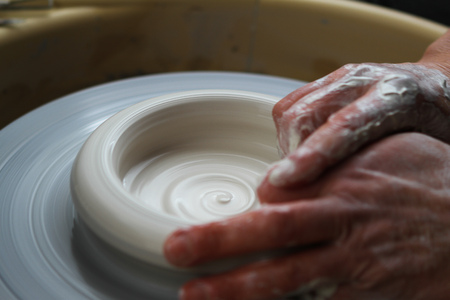 alfarero: Primer en las manos del alfarero en la rueda de alfareros