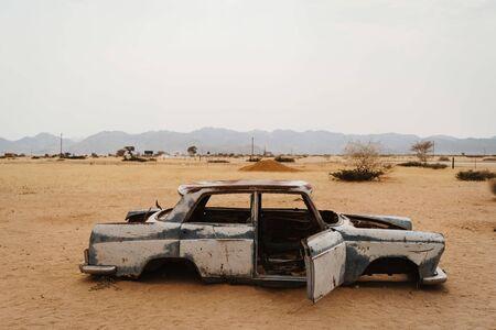 Old Timer Car Wrecks in a Desert Landscape in Solitaire, Namibia Foto de archivo - 140905211