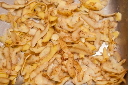 부엌 싱크대에 감자 껍질.