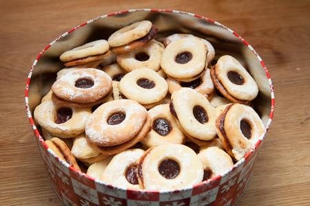 marmelade: Cookies filled with red marmelade in metal box.